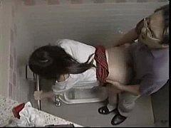 แอบดูคนเอากัน คนแก่เย็ดเด็ก ครูใหญ่แอบนัดเย็ดหีนักเรียน สาว ม.6 ในห้องน้ำสาธารณะ เย็ดแลกเกรด