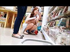 แอบถ่ายใต้กระโปรงนักเรียนไทย สาวน่ารักนั่งเลือกของไม่ระวังตัวในห้างสรรพสินค้า