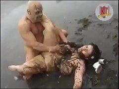 เย็ดกันในบ่อโคลน ไอ้หื่นโรคจิตบุกข่มขืนสาวอ้วนฝรั่งน่าเย็ด ลากคนอ้วนลงล่อหีในน้ำ ตัวเปลื้อนหมด