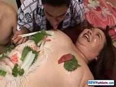 ซูชิเปลือยญี่ปุ่นxxx กินเสร็จแล้วเย็ดต่อ 2พ่อลูกผลัดกันเย็ดหีสาวอ้วนน่าเย็ดฉลองวันส่งท้ายปีเก่าต้อนรับปีใหม่