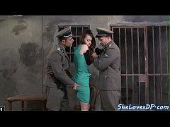 หนังโป๊ฝรั่ง ทหารสุดหื่นรุมเย็ดหีผู้ต้องหาสาวสุดเอ็กในคุกหุ่นโครตดีเจอจับซอยหีสุดเสียวจนน้ำแตกเต็มปาก