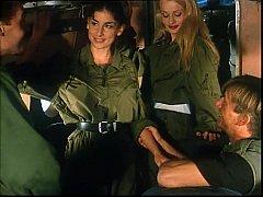 หนังโป๊ฝรั่งxxx สองพลทหารสาวสุดเซ็กขึ้นเครื่องบินครั้งแรกกลัวจัดให้จ่าช่วยเลยโดนจับเย็ดหีแบบเซ็กหมู่