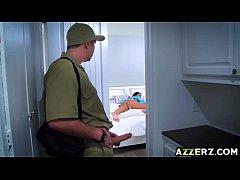 คลิปxxxฝรั่ง ช่างควยโตสุดหื่นยืนชักว่าวในบ้านลูกค้าจนลูกค้าเรียกมาเย็ดในห้องก่อนทำงานมีแรงเลยครับ