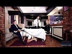 xxxฝรั่ง พนักงานสาวสุดร่านแอบอมควยลูกค้าใต้โต๊ะเมียดันมาเลยนัดไปห้องน้ำเย็ดกันมันเลยครางเสียวขนาดนี้