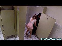xxxฝรั่ง สาวสวยผมทองมากินข้าวกับผัวดันชอบพนักงานเสริฟเลยแอบเข้าห้องน้ำไปรอเย็ดหล่อจัดอยากิน