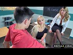 xxxฝรั่ง ครูสาวสุดเงียนชวนคู่รักวัยรุ่นสวิงกิ้งในห้องเรียนคาชุดนักเรียนรุมโม๊คอมเสียวเอวดีขึ้นขย่มจนแตกใน