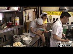 JAV UNCEN หนังโป๊ซับไทย พ่อครัวจับพนักงานสาวเย็ดหีกลางร้านจกหีเลียหีแล้วแหกหีเย็ดท่าหมาต่อหน้าลูกค้า xnxx