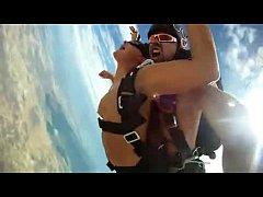 คลิปโป๊ฝรั่ง แนวแปลก แหวกแนว ฉากเสี่ยงตายคู่รักกระโดดร่มบนเครื่องบินแก้ผ้าเย็ดกันกลางอากาศ
