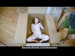 คลิปโป๊ xnxx สั่งตุ๊กตายางดันได้เด็กสาวฝรั่งวัย17 นอนแก้ผ้าในกล่องลัง หีเนียนขาวอมชมพูโดนเย็ดหีโครตมันส์ เสียวสุดๆ
