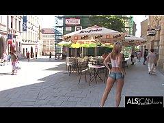 หนังxฝรั่งเด็ดดูฟรี2019 สาวสวยสุดเซ็กซี่หุ่นดีแก้ผ้าวาดรูปเสื้อผ้าแล้วเดินโชว์รอบเมืองคนมองเต็มเห็นหีเห็นนม