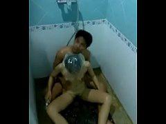 pornthai หนุ่มแก่ไทยชวนเมียอาบน้ำ แอบเข้าข้างหลังจับแหกหีเย็ดท่าหมาอย่างเมามันส์ อาบน้ำจริงๆนะ
