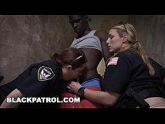 หนังเอ็กฝรั่ง xnxx เด็กแว๊นหนุ่มนิโกรผิวดำควยโต โดนตำรวจสาวนมโตจับมารุมเย็ด 2ต่อ1 ในที่ลับโครตเสียว