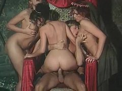 หนัง young porn ย้อนยุค เจ้าชายจัดสวิงกิ้ง 3ต่อ1 เย็ดหีสาวๆที่บริการรับใช้ นมใหญ่หีสวยน่าเย็ดสุดๆ