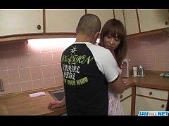 ผัวสุดหื่นแอบเล่นชู้กับคนใช้สาวสุดเซ็กซี่ในห้องครัว เดินเข้าไปจับดูดปากแล้วยืนเย็ดหี