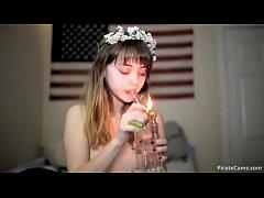 คลิปโป๊เด็ดวัยรุ่นสาวสูบกัญชาโชว์กล้อง แล้วแหกหีให้ผัวเย็ดเสียว หีเนียนขาวน่าเลียมาก