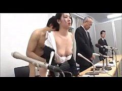 สาวนักข่าวเอ้าดอร์แบบจัดเต็ม พากย์ข่าวอยู่หน้ากล้องก็โดนเลียหีใต้โต๊ะแล้วจับเย็ดจนน้ำแตก
